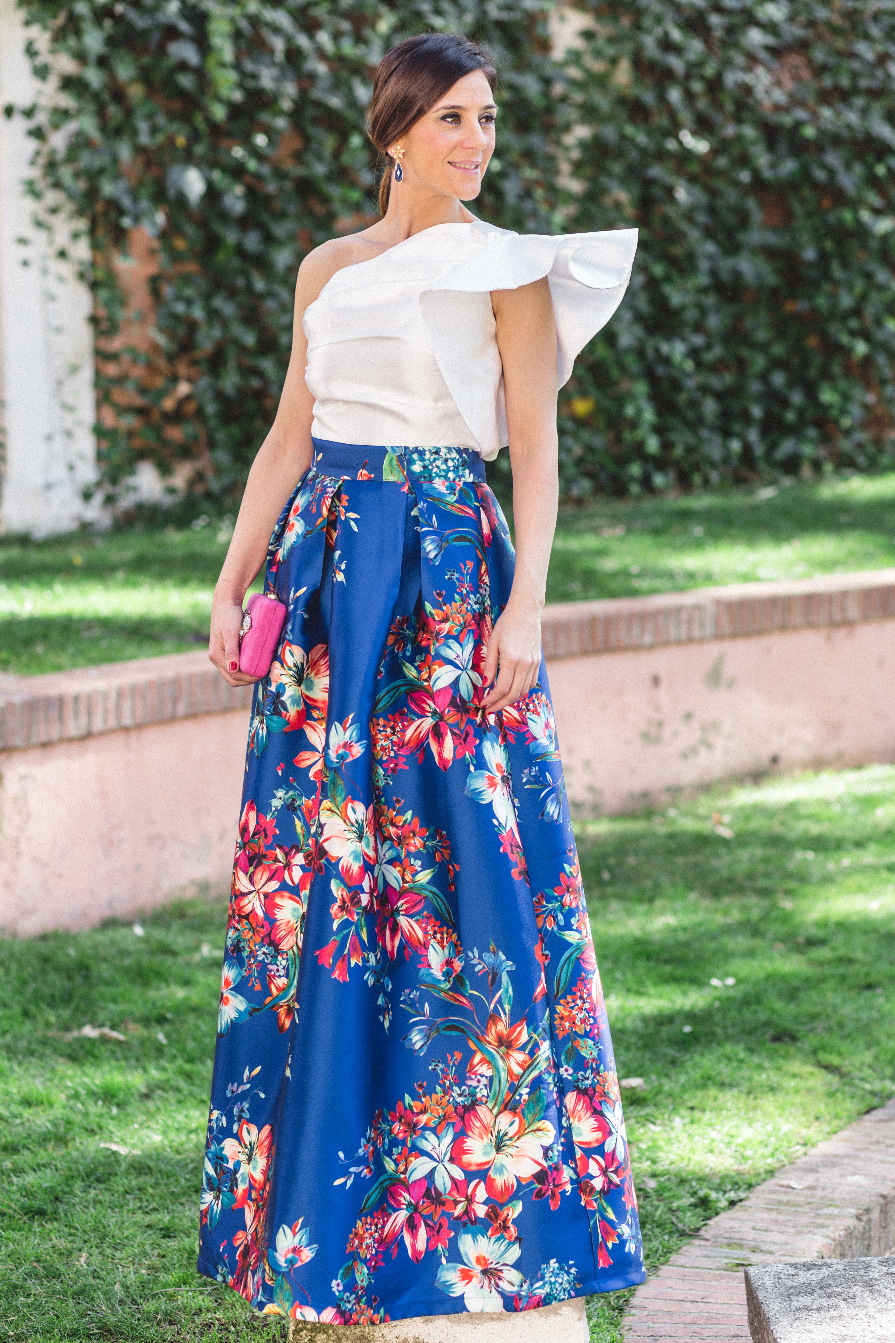 Falda azul con estampado de flores en rojos y rosas